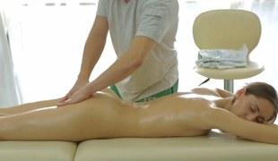 Teen massaged by a seductive masseur purchase at the maximum job