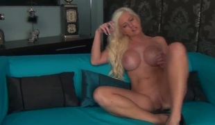 Chloe Dee on touching beamy breasts plus shaved twat spiralling unescorted of cam : Pornalized.com sexy videoclip